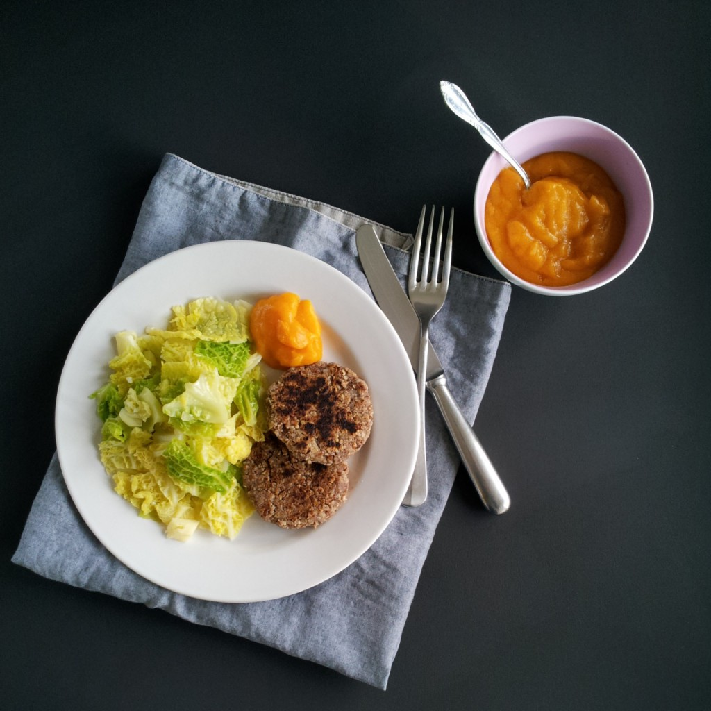 Nussburger mit Wirz und Persimmon-Ingwer-Sauce